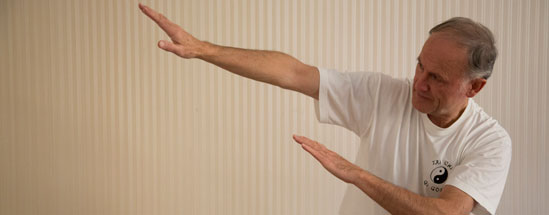 Heilpraktiker Harald Montag bei einer Qigong-Übung